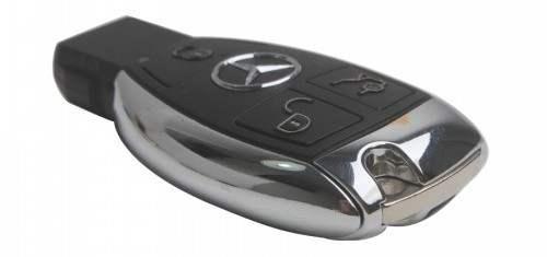 Вместо привычного ключа зажигания — электронный брелок, который опознается автомобилем дистанционно; пуск двигателя производится кнопкой «Engine start-stop»