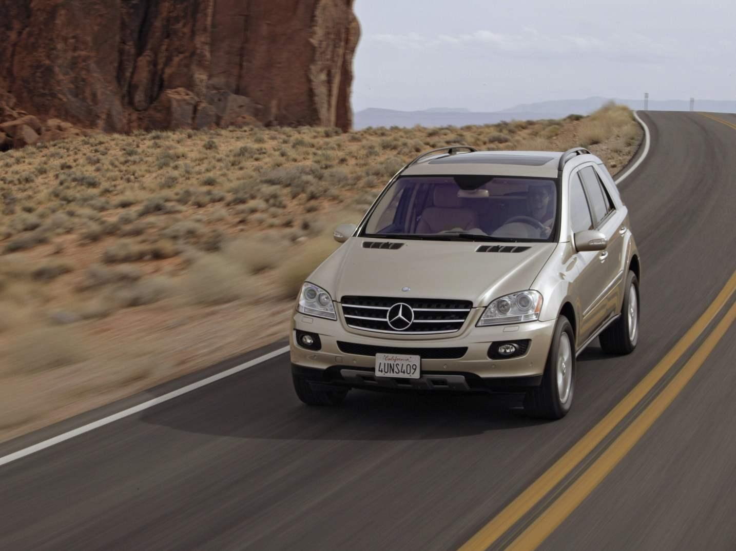 MERCEDES-BENZ ML500 — пятидверный универсал с 8-цилиндровым V-образным бензиновым мотором мощностью 306 л.с. выпуска 2005 года