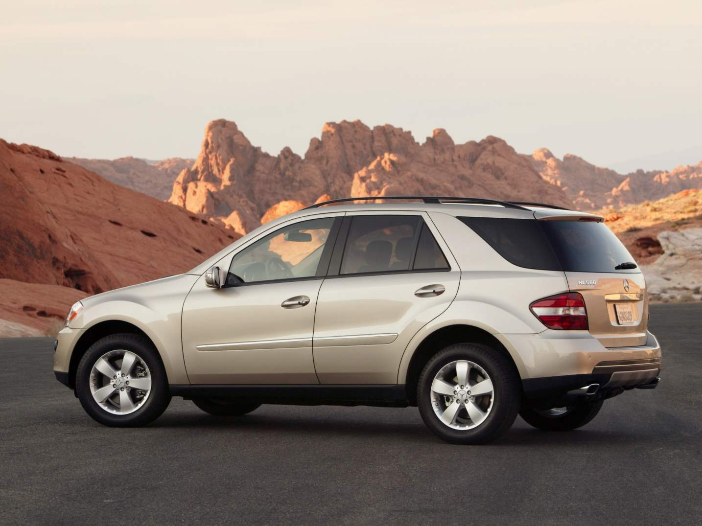 MERCEDES-BENZ ML500 is a five — door station wagon 8-cylinder V-shaped petrol engine capacity of 306 HP edition 2005