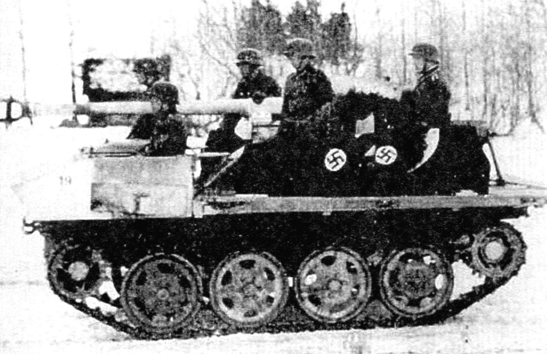 САУ 7.5 сш РаК 40 в готовности к стрельбе на огневой позиции. Расчёт - пять человек, включая механика-водителя. Зима 1944 г., Восточный фронт