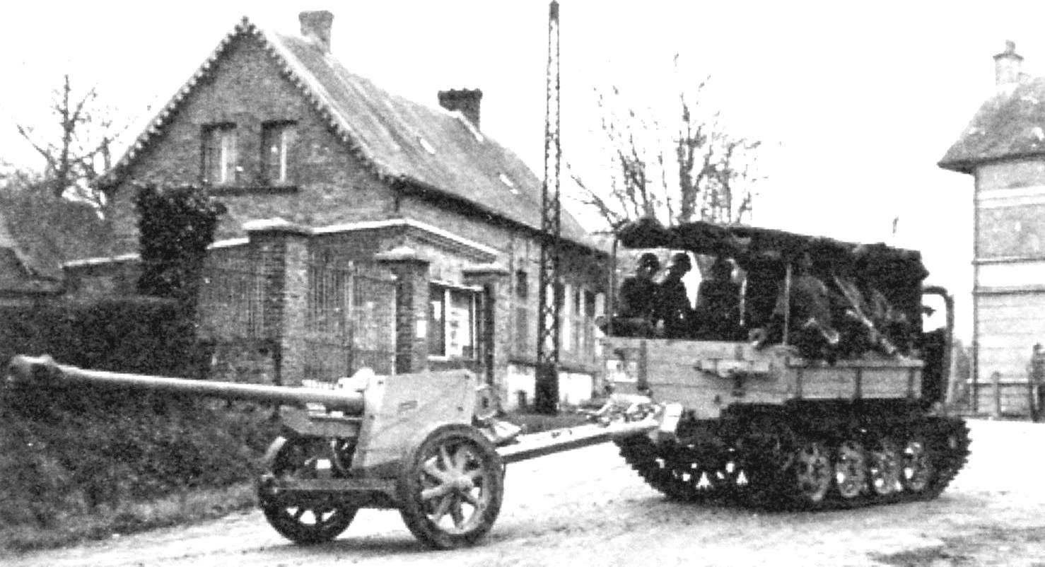 Трактор RSO постепенно вытеснил остальные лёгкие тягачи Вермахта. Произошла замена и сотен тысяч лошадей на механическую тягу. На фото: трактор RSO с лёгкой полевой 105-мм гаубицей на буксире. Северная Франция, октябрь 1943 г. Архив Бундесвера
