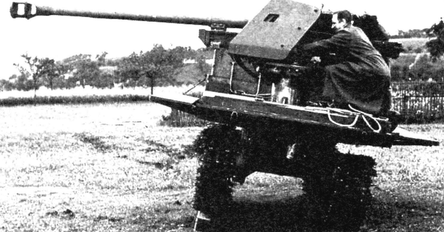 Самоходная установка 7.5 cm РаК 40 на испытательных стрельбах. Для увеличения угла обстрела при боковой стрельбе под гусеницу положен брус