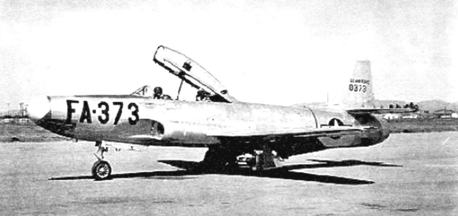 Истребитель-перехватчик F-94B на стоянке