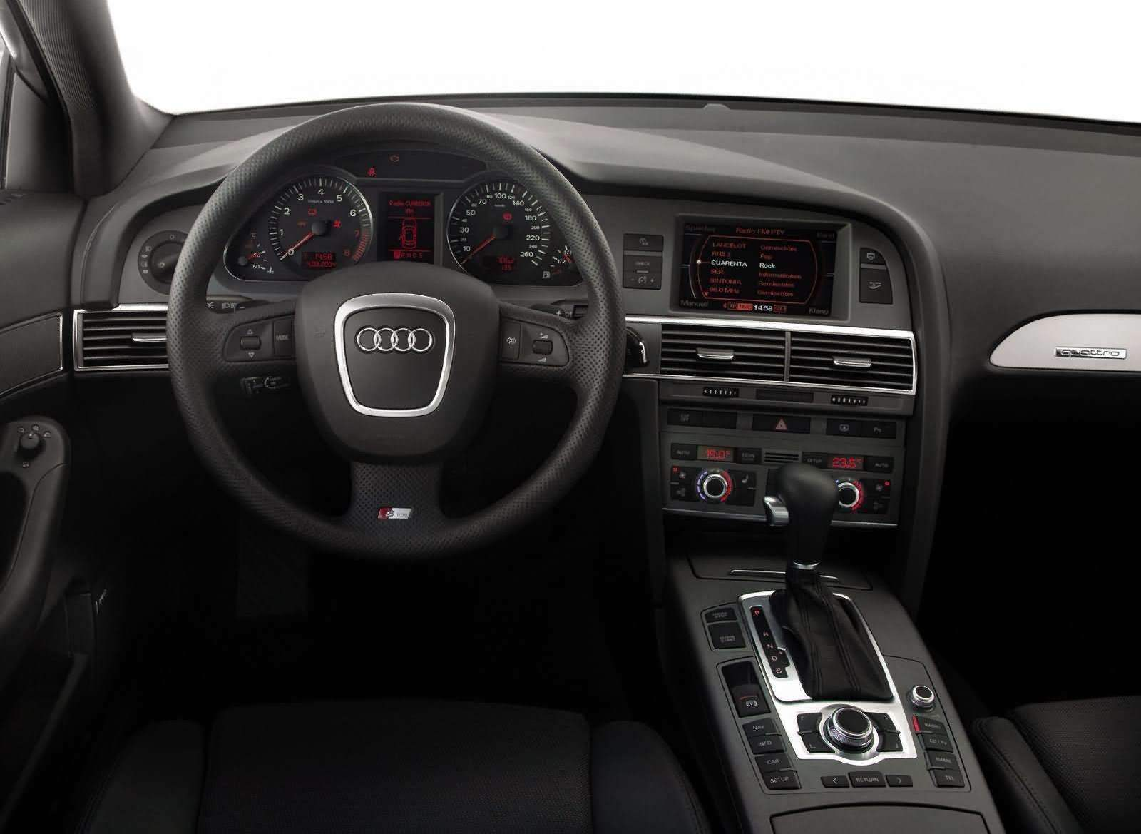 Dashboard and steering wheel of the AUDI A6