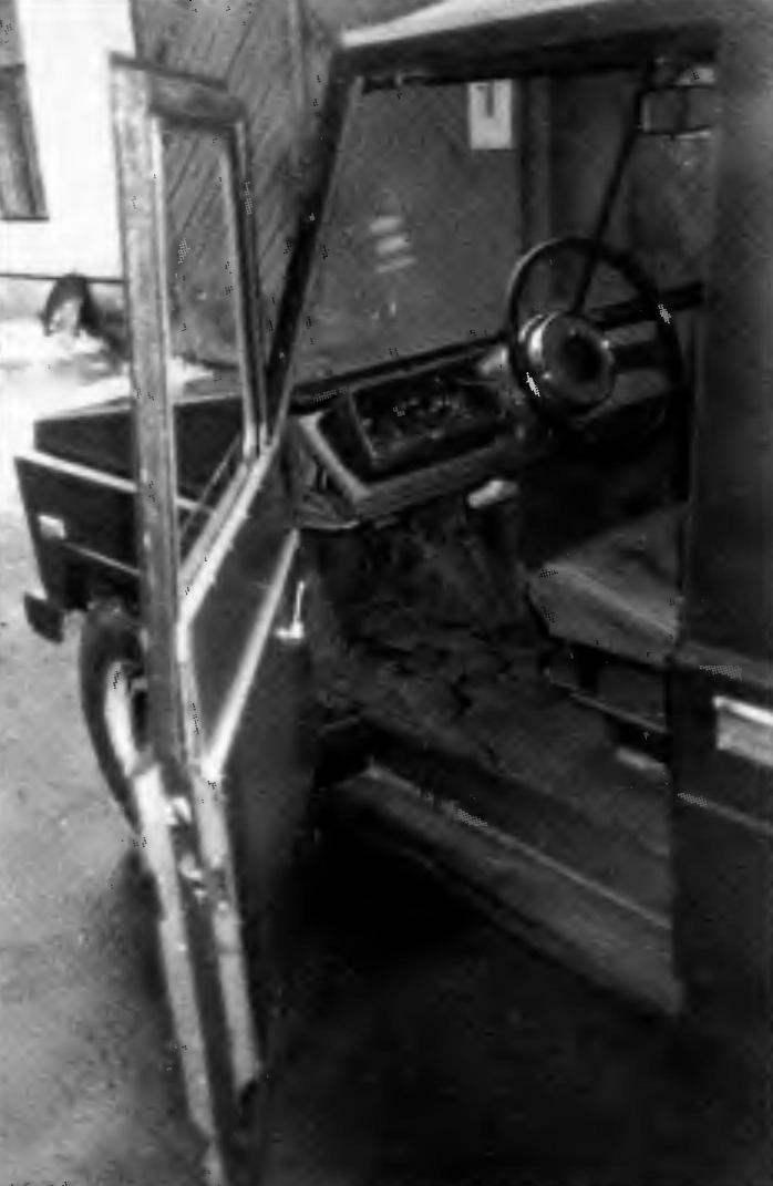 Место водителя. Щиток приборов небольшой, но все необходимое для контроля за работой агрегатов машины на нем есть