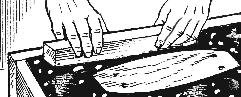 10. Раствор в заполненной форме трамбуется с помощью деревянного бруска и оставляется для схватывания (затвердевания), которое происходит примерно в течение часа, а окончательное — через 12 часов.