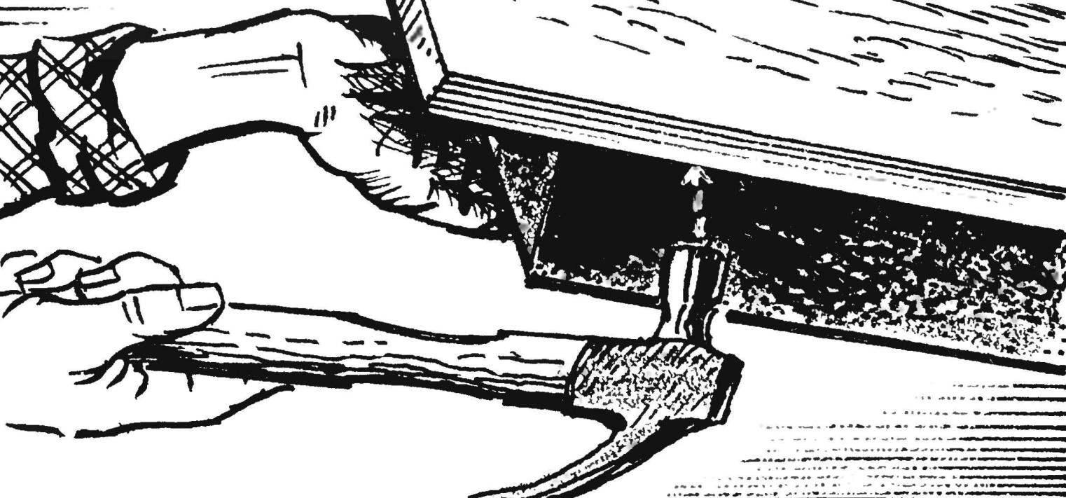 12. Чтобы извлечь блок (снять его с болванки), основание переворачивается и по нему несколько раз аккуратно ударяют молотком.