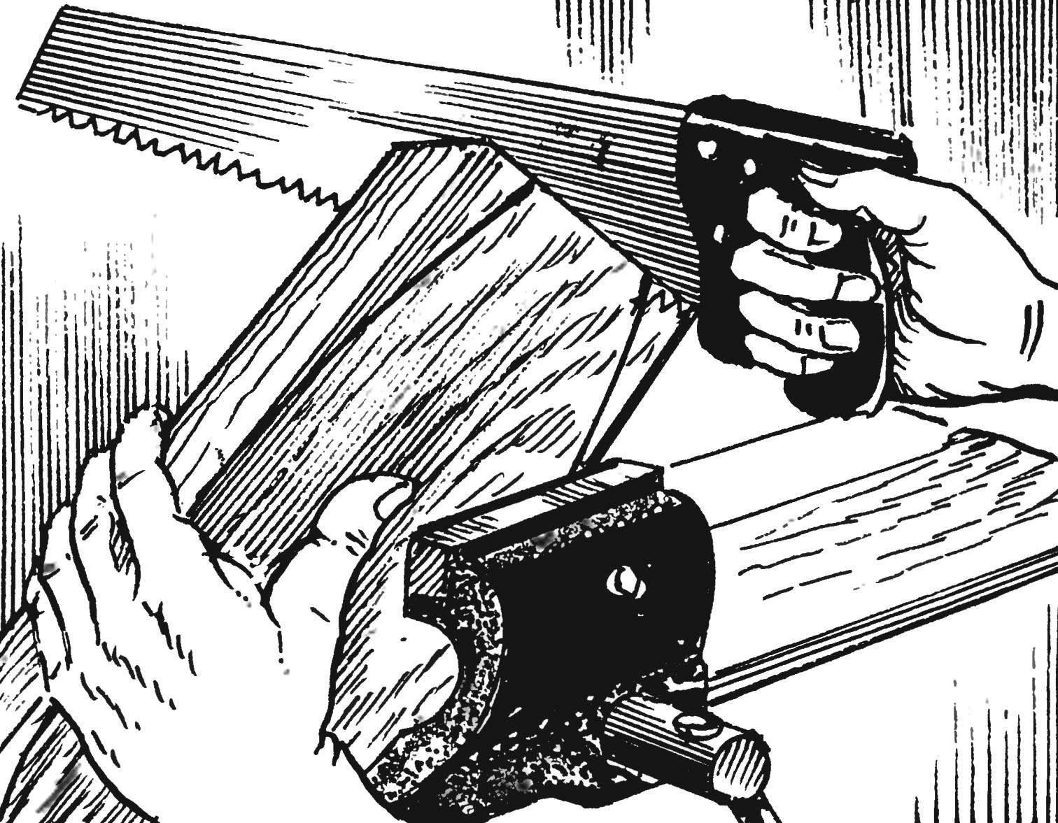 2. Доска с контуром зажимается в тисках и постепенно опиливается ножовкой.