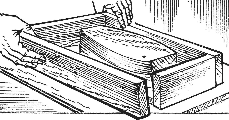 5. Стенки подгоняются так, чтобы они плотно обхватывали основание формы.