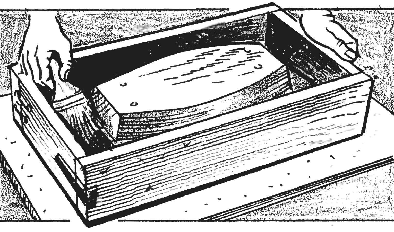 8. После сборки формы она смазывается изнутри солидолом