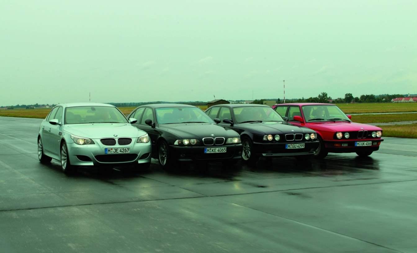 Четыре поколения суперседанов BMW M5 (на верхнем фото — слева направо, на нижнем — справа налево): BMW M5 IV поколения (2004 г.); BMW M5 III поколения (1998 г.); BMW M5 II поколения (1988 г.); BMW M5 I поколения (1984 г.)