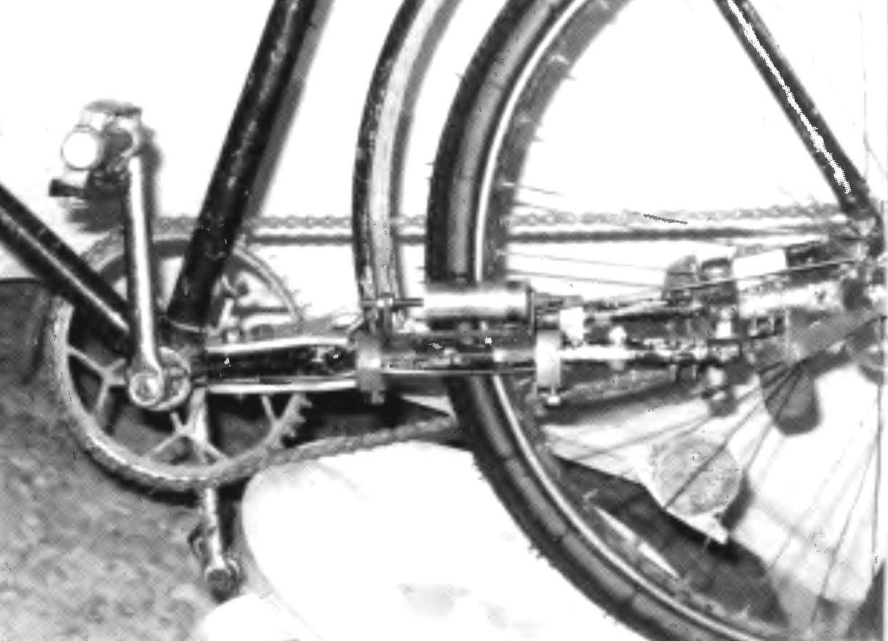 Вид двухшарнирного механизма с левой стороны. Здесь установлен ограничительный ролик. Хорошо видны и наконечники с шатуном