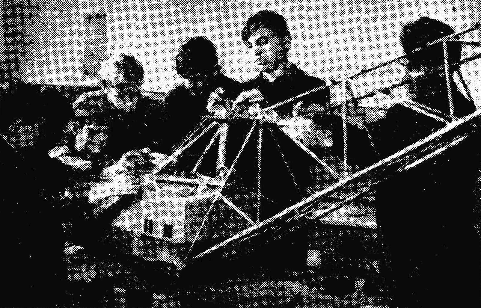 Под руководством директора клуба В. П. Мартышова строится модель шагающего экскаватора, выпускаемого заводом.