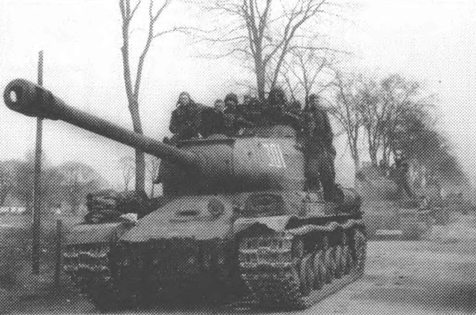Колонна танков ИС-2 поздних выпусков на пути к Берлину. 3-я гвардейская танковая армия, 1-й Украинский фронт, весна 1945 года