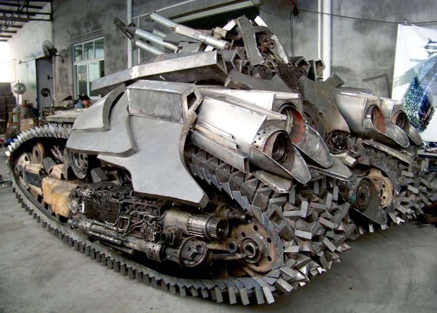 4,5-метровый Танк Megatron — железный, на полном ходу — построил китайский фан «Трансформеров». Правда, реплика не способна к трансформации.