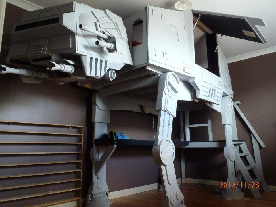 Пользователь сайта Gizmodo Джонатана построил для своих детей двухэтажную кровать в форме огромного робота Imperial AT-AT Walkers из «Звездных войн».