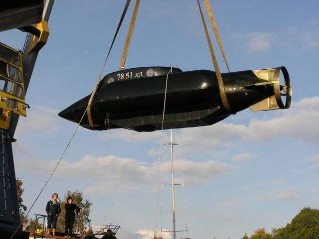 Петербуржец Михаил Пучков построил самую настоящую субмарину с двумя двигателями и запасным педальным приводом. Она может опускаться на 30-метровую глубину!
