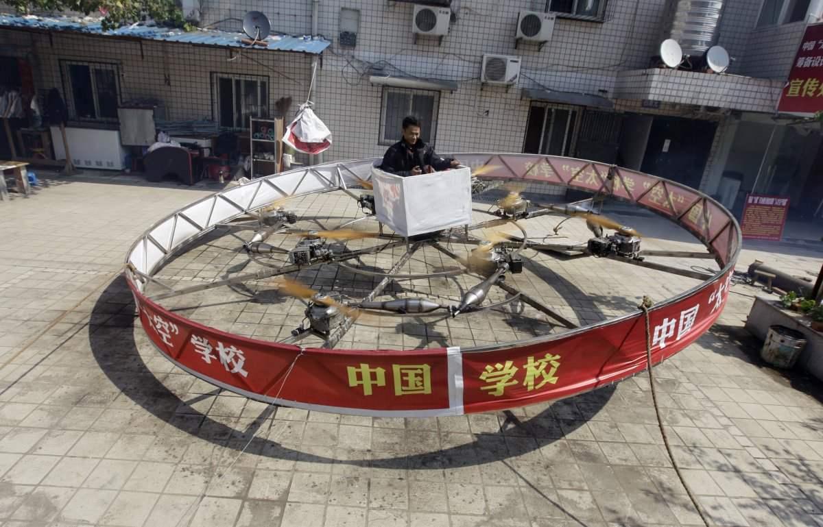 Житель Китая построил в собтсвенном дворе НЛО-подобный аппарат вертикального взлета и даже вполне успешно на нем летал. Правда, невысоко.