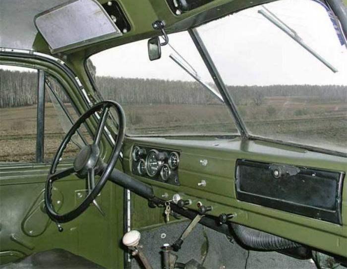 Рабочее место водителя и комбинация контрольно-измерительных приборов автомобиля ГАЗ-63