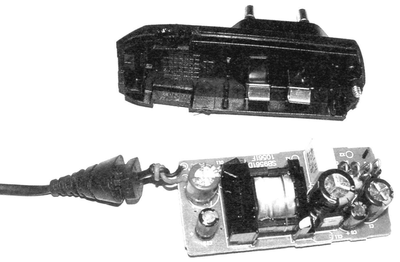 Рис. 2 (фото). Вид на внутреннее «содержание» сетевого адаптера питания -зарядного устройства для современных сотовых телефонов