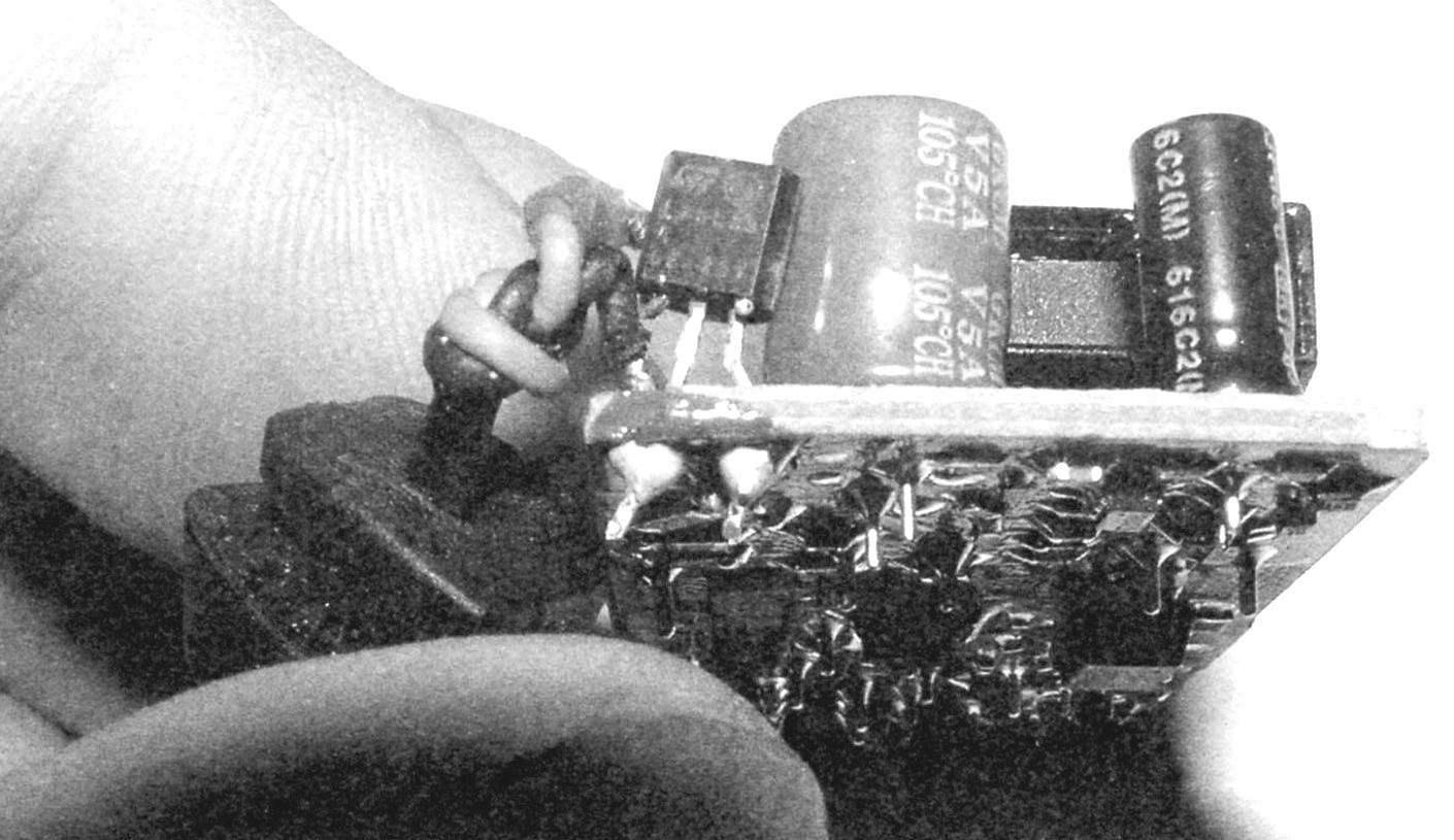 Рис. 5 (фото). Вид на плату зарядного устройства для сотовых телефонов Nokia с впаянным линейным стабилизатором L78L33ABZ-AP