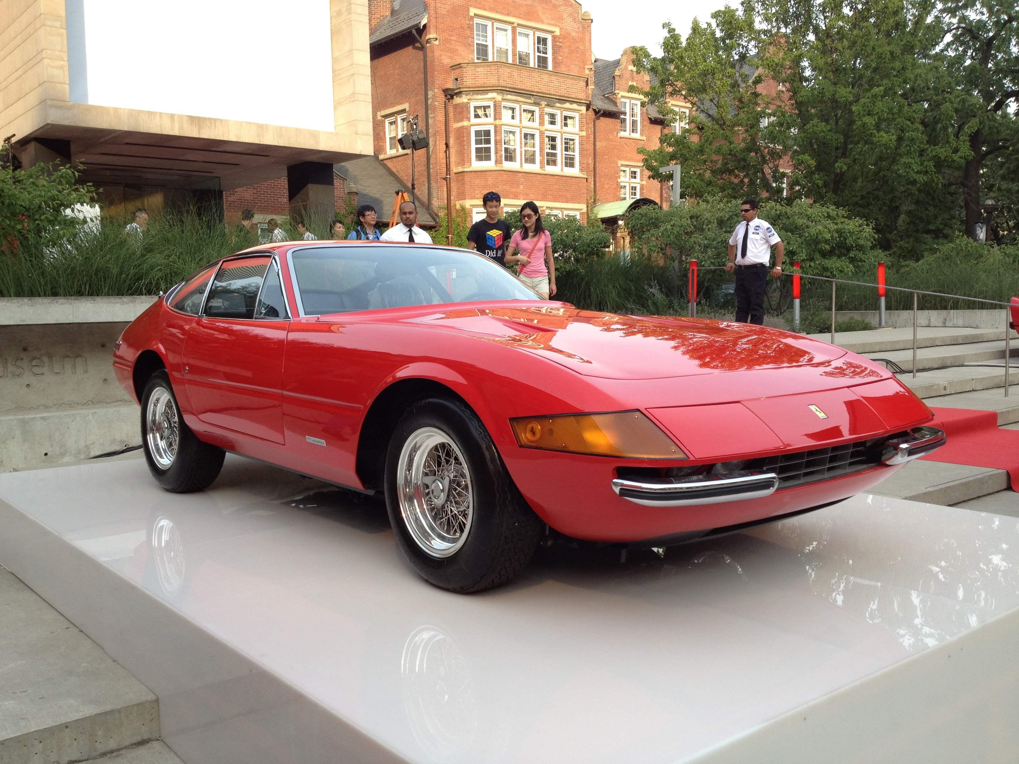 Купе FERRARI 356GTB/4 DAYTONA и кабриолет FERRARI 365GTS/4 DAYTONA — первые автомобили с убирающимися фарами. Они считались самыми быстрыми серийными машинами в мире (1970 г.)