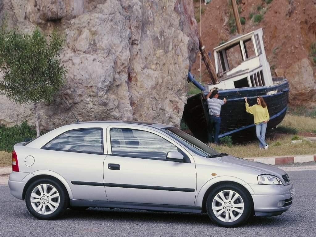 Компактный автомобиль OPEL ASTRA выпуска 1998 года