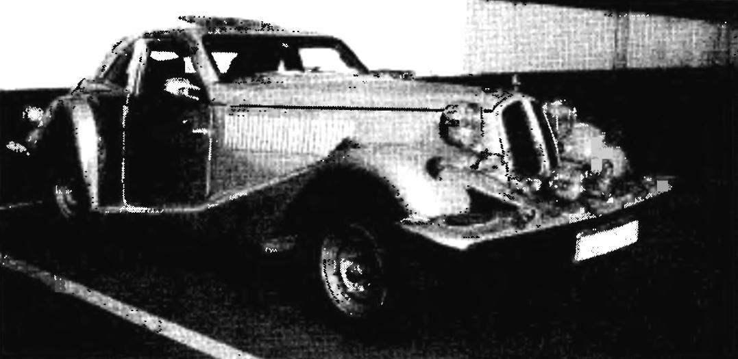 Длинный узкий моторный отсек, большие выпуклые крылья, скошенный багажник — все как у автомобилей 30-х годов прошлого века. Кузов купе самодельной машины москвича М.Борнсова тоже вполне вписывается в концепцию конструкций автомобилей того времени