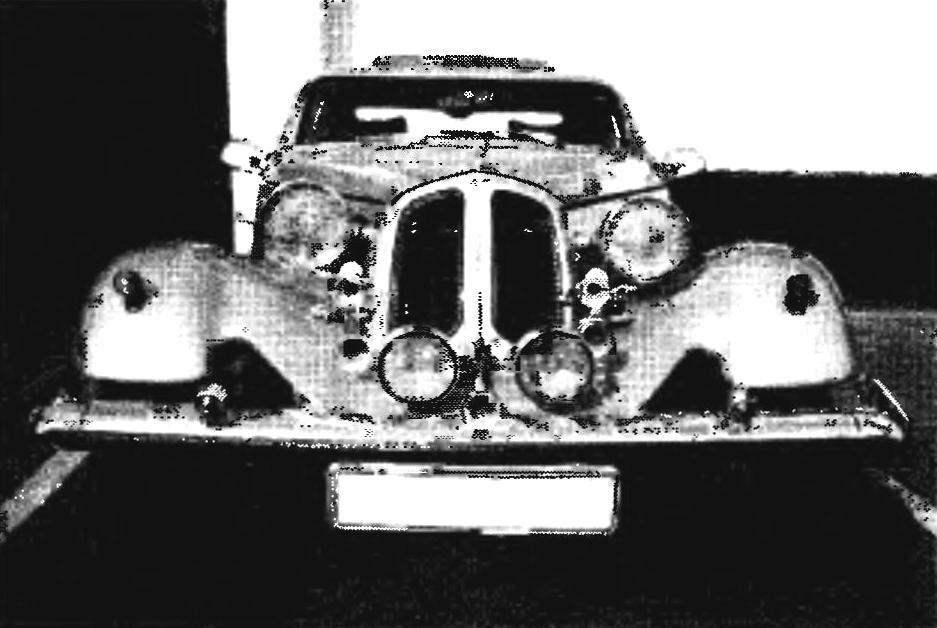 Облицовка радиатора от «Волги» ГАЗ-3110. Разрезанная пополам н состыкованная верхними кромками половинок, она вполне заменила двухстворчатую фирменную BMW