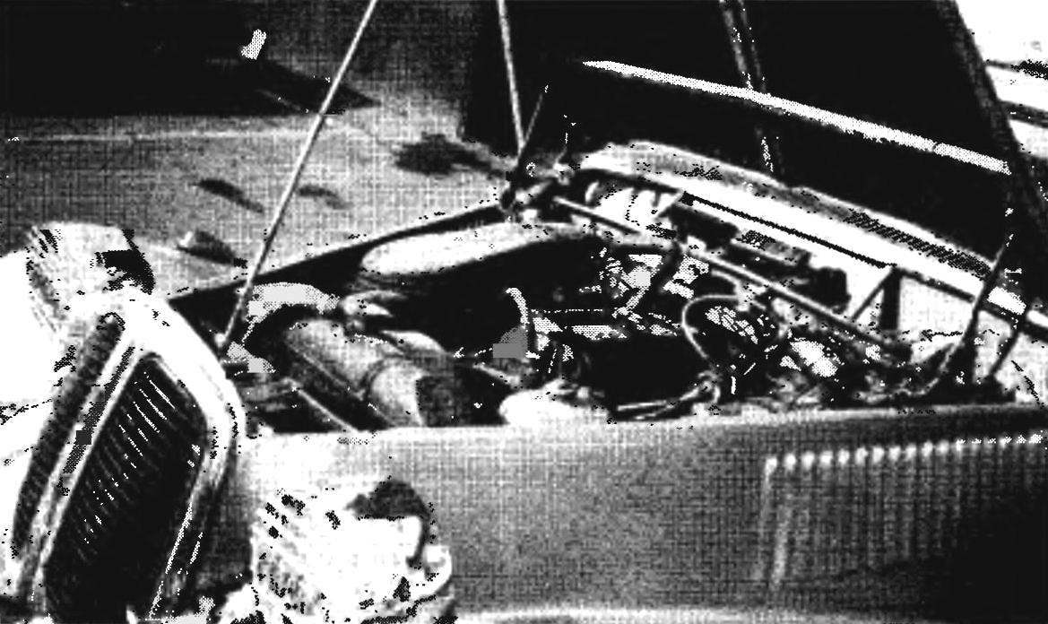 В моторном отсеке репликара — агрегаты от серийного автомобиля ГАЗ-24