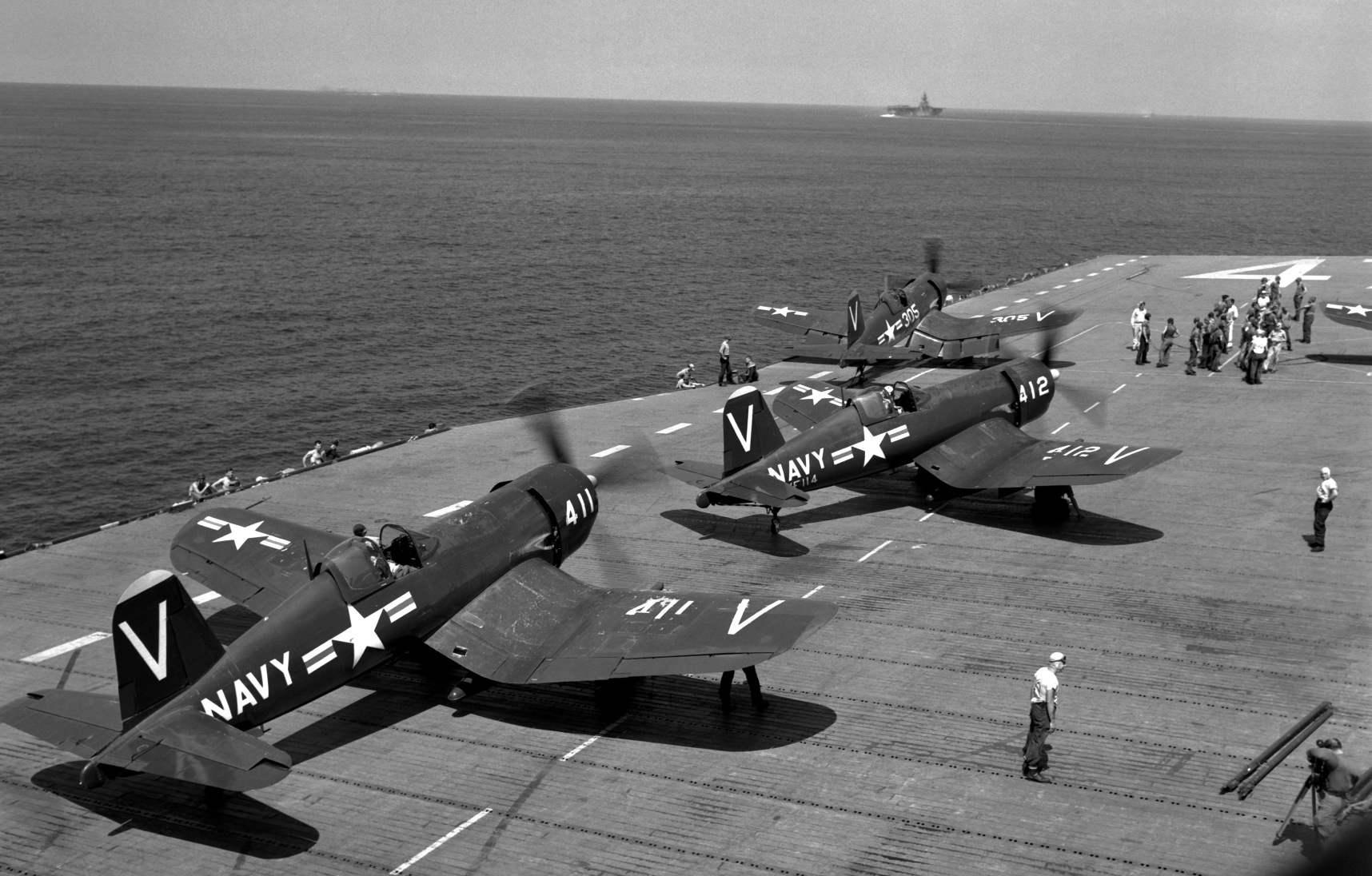 Ночные истребители F4U-5N на палубе авианосца