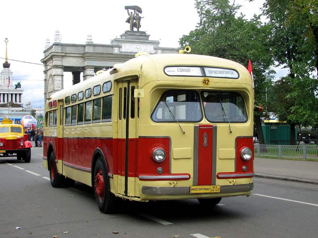 Первый отечественный серийный дизель-электрический автобус вагонной компоновки ЗиС-154 выпуска 1946 года