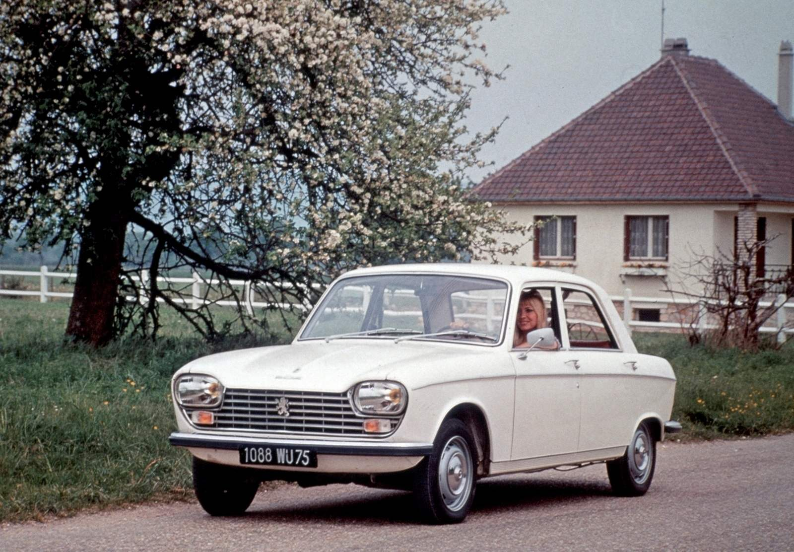 PEUGEOT 204 1965 release is the first front-drive car company, are equipped with aluminum engine, rack and pinion steering and independent suspension