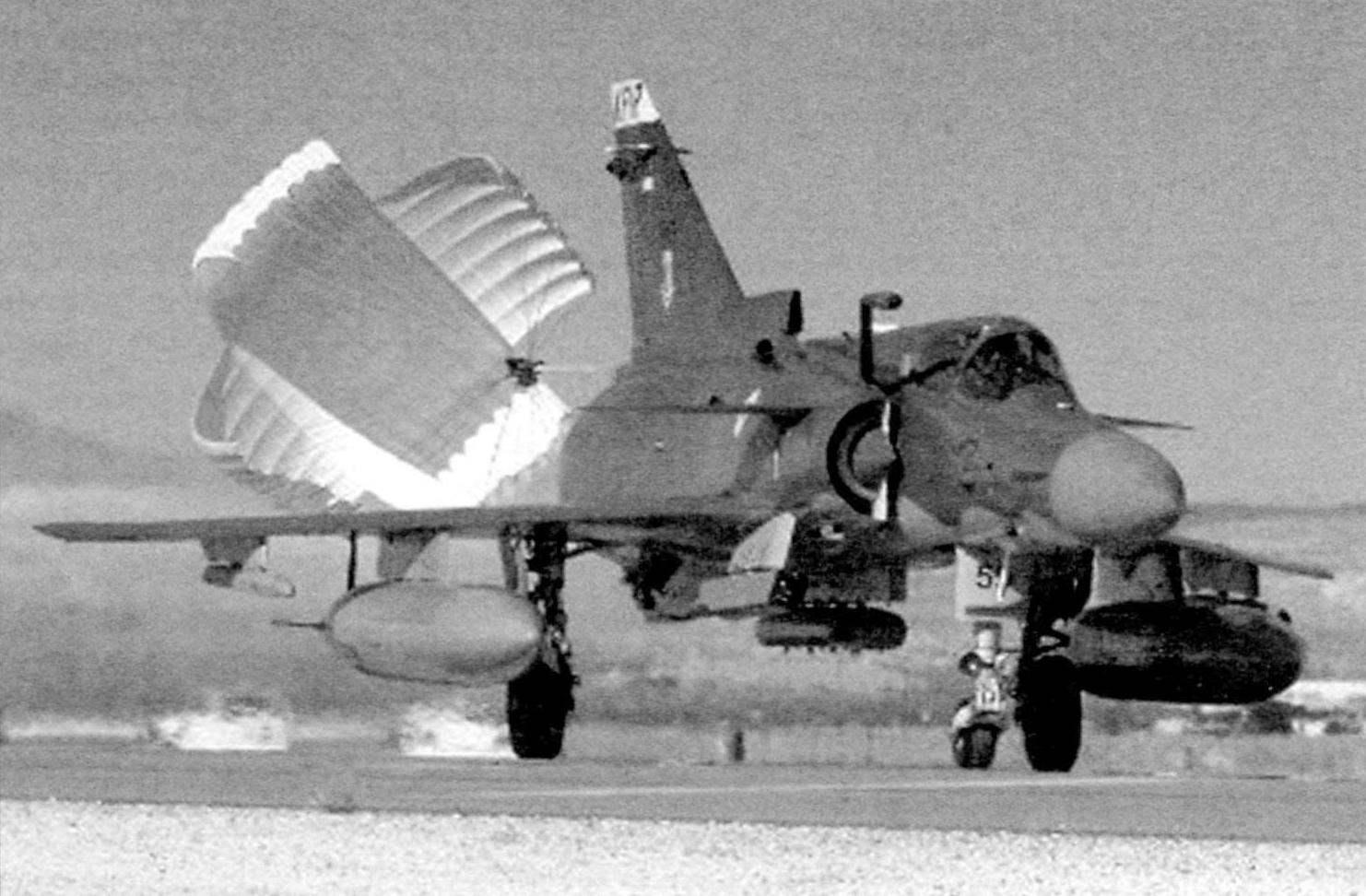 Истребитель «Кфир» С.10 осуществляет посадку с тормозными парашютами