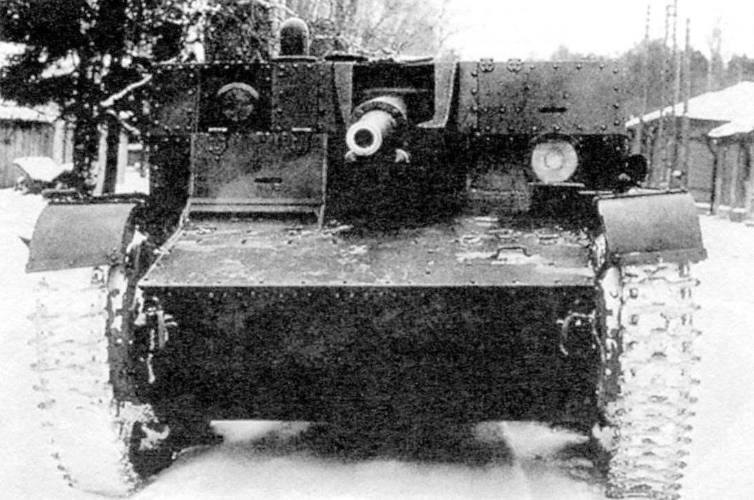 АТ-1. Масса танка 9,5 т, вооружение - 76,2-мм пушка и 7,62-мм пулемёт