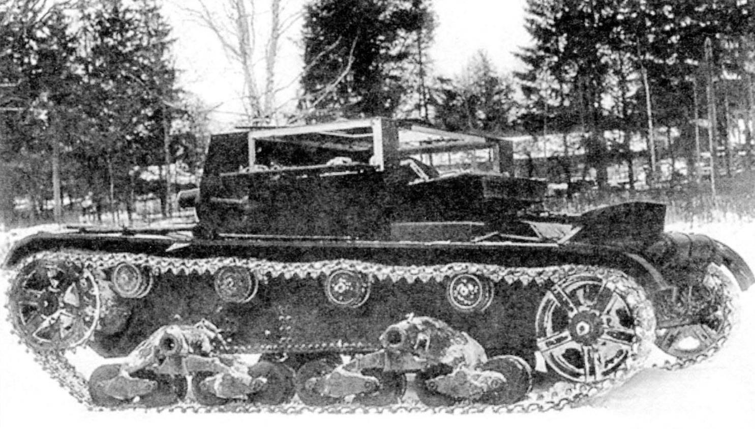 АТ-1 представлял собой безбашенную машину с рубкой прямоугольной формы. При ведении огня борта рубки могли частично откидываться
