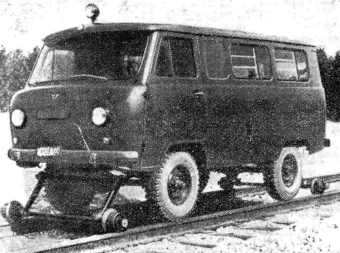 УАЗ-452А на комбинированном ходу.