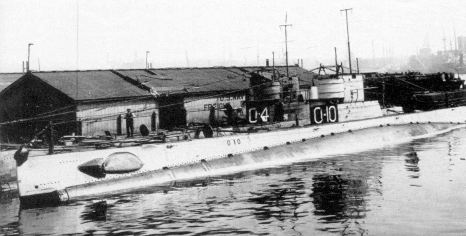 Субмарины O-10 и O-4 (на заднем плане) у причала в Бостоне