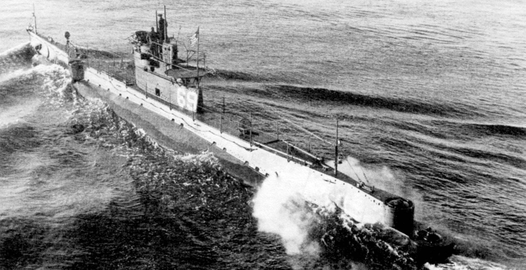 «O-8» (SS-69) в годы Второй мировой войны. Позади надстройки добавлен мостик для пушки, срезан корпус в корме