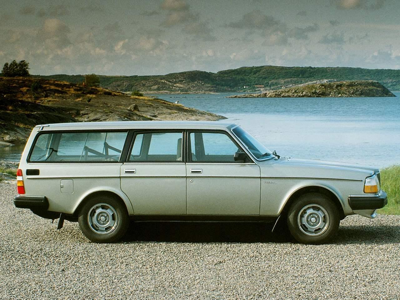 VOLVO 240 выпуска 1974 года, иркий представитель вольвовского «чемоданного» стиля в автодизайне. Находился в производстве до 1993 года