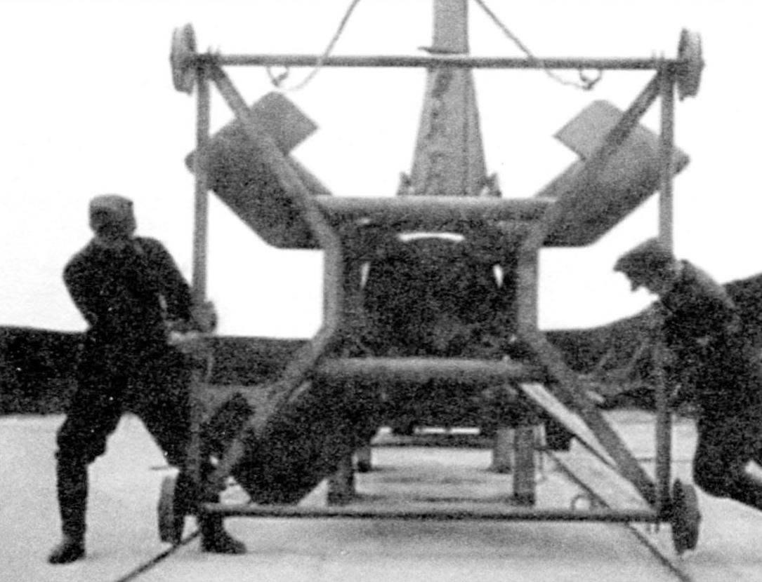 Перекатная тележка для ракеты «Вассерфаль» (кадр кинохроники). При старте прототипа тележка почему-то не отделилась - и ракета полетела с ней. После набора высоты 100 - 200 метров ракета завалилась на бок и рухнула на землю, в 300 - 400 м от старта