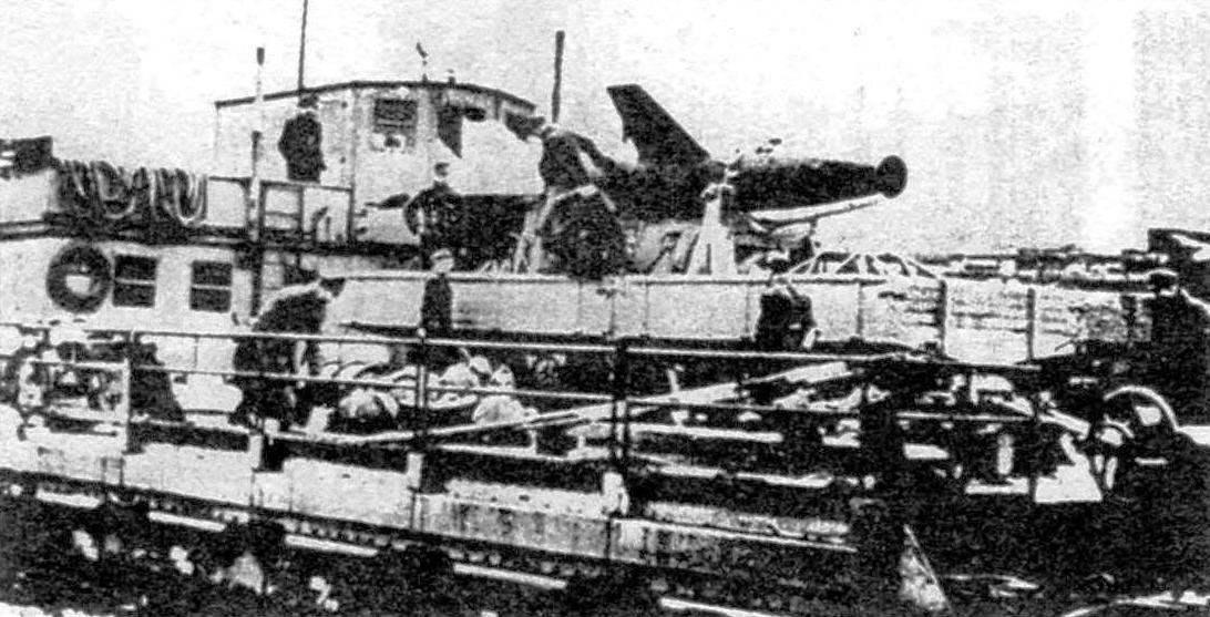 Погрузка ракеты «Вассерфаль» на судно для отправки в США