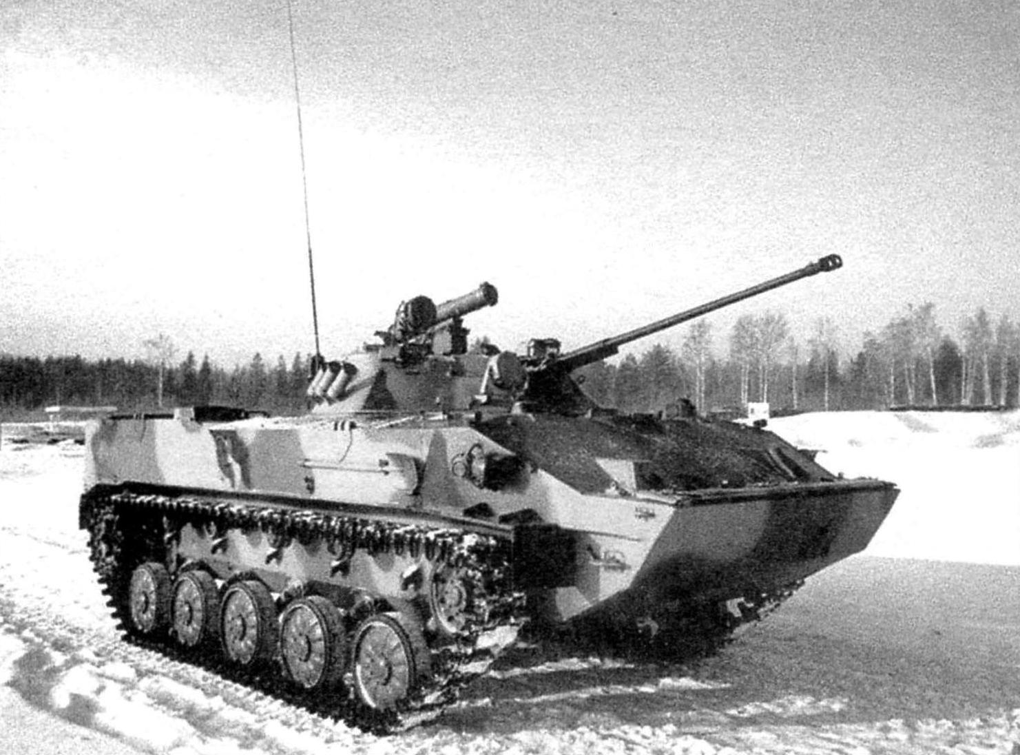 БМД-3. Масса машины -13 т, мощность двигателя - 450 л.с., вооружение-30-мм пушка 2А42, пулемёты ПКТ и РПКС, гранатомёт, ПТРК