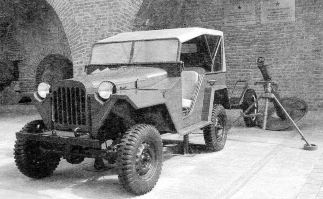 ГАЗ-67Б-тягач одноосного прицепа для 120-мм полкового миномёта (на заднем плане)