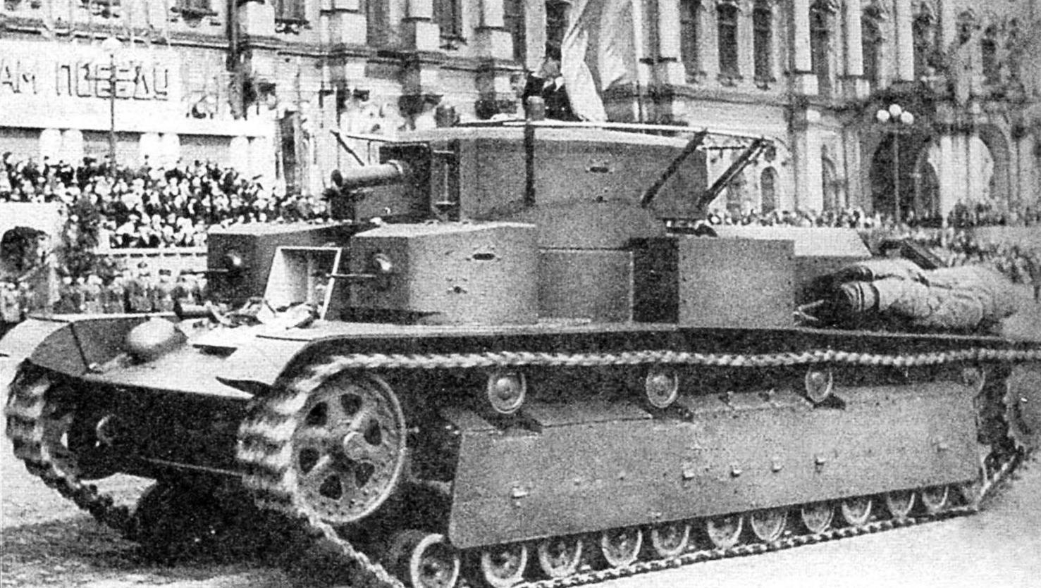 Танк Т-28 обр. 1936 г. классической трёхбашенной компоновки с двухъярусным расположением пушечно-пулемётного вооружения. Парад бронетехники в Ленинграде