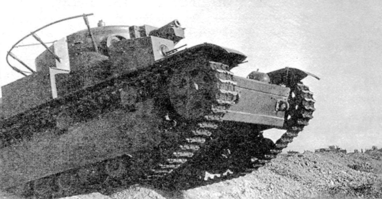 Многобашенные танки Т-35 (впереди) и Т-28 на полевых испытаниях. Июль 1932 г.