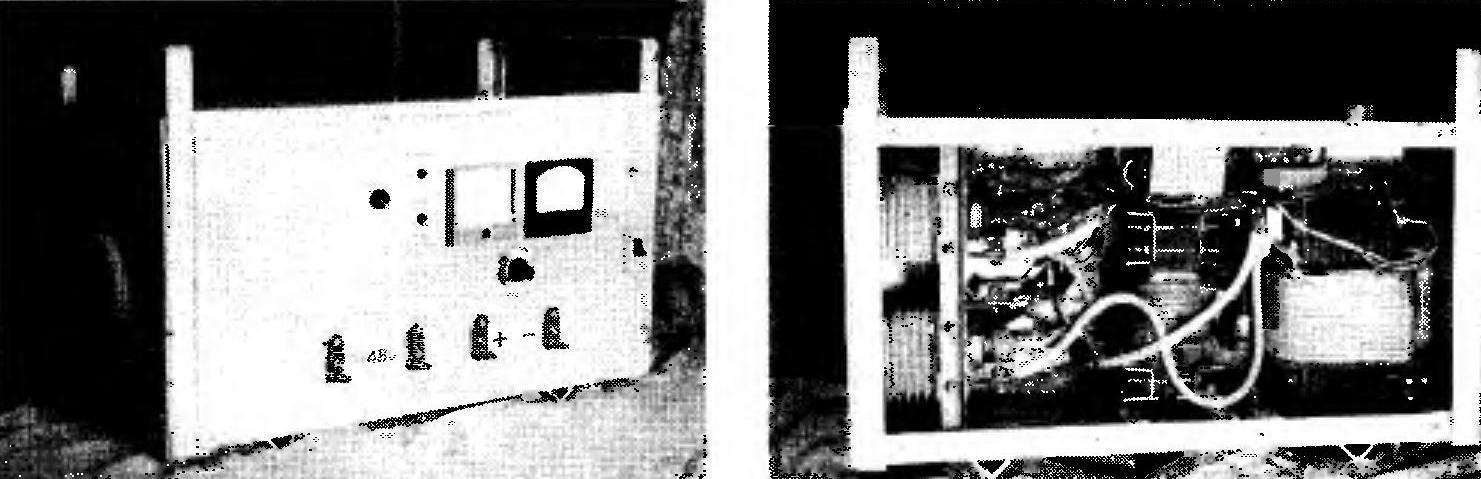 Рис. 2. Готовое устройство (слева) и вид на его компоновку при снятой задней стенке (справа)