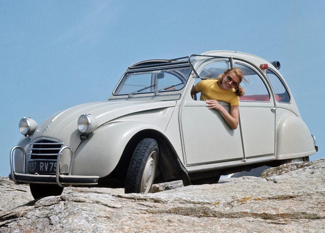 CITROEN 2CV — сверхмассовый автомобиль, за 42 года было выпущено около 5,5 млн экземпляров (1949 г.)