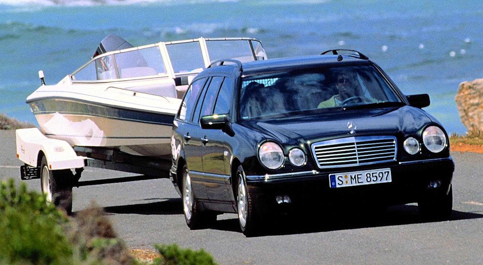 Автомобиль европейского верхнего среднего класса MERCEDES-BENZ E-class выпуска 1996 г.