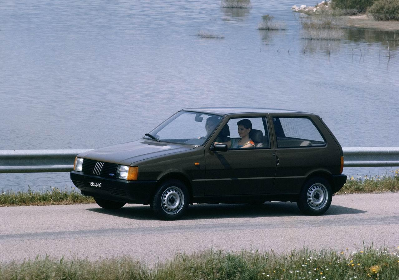 В 80-х голах каждый третий автомобиль, выпущенный в Италии, носил марку FIAT UNO. Этот переднеприводной хэтчбек, выпускавшийся в трех- и пятидверном вариантах, стал основоположником нового стиля в автомобильной моде тех лет (1983 г.)